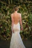 NOWY JORK, NY - PAŹDZIERNIK 10: Model chodzi pas startowego podczas Claire Pettibone spadku 2015 Bridal Inkasowego przedstawienia Obraz Stock