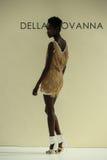 NOWY JORK, NY - PAŹDZIERNIK 09: Model chodzi pas startowego przy Della Giovanna pasa startowego Bridal przedstawieniem Obraz Stock