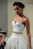 NOWY JORK, NY - PAŹDZIERNIK 09: Model chodzi pas startowego przy Della Giovanna pasa startowego Bridal przedstawieniem Zdjęcia Stock