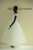 NOWY JORK, NY - PAŹDZIERNIK 09: Model chodzi pas startowego przy Della Giovanna pasa startowego Bridal przedstawieniem Zdjęcia Royalty Free