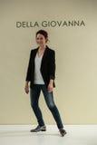 NOWY JORK, NY - PAŹDZIERNIK 09: Projektant Della Giovanna chodzi pas startowego przy Della Giovanna Bridal pasem startowym Obrazy Royalty Free