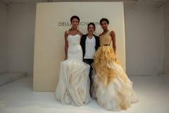 NOWY JORK, NY - PAŹDZIERNIK 09: Projektant Della Giovanna z modelami przy Della Giovanna pasa startowego Bridal przedstawieniem ( Obrazy Royalty Free