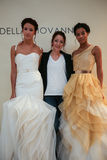 NOWY JORK, NY - PAŹDZIERNIK 09: Projektant Della Giovanna z modelami przy Della Giovanna pasa startowego Bridal przedstawieniem ( Zdjęcia Stock
