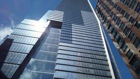 Nowy Jork, NY, usa Pionowo widok drapacz chmur przy Wysokiej linii terenem Widok od dna nakrywa? zbiory wideo