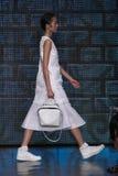 NOWY JORK, NY - WRZESIEŃ 07: Model chodzi pas startowego przy DKNY wiosny 2015 mody kolekcją Zdjęcia Royalty Free