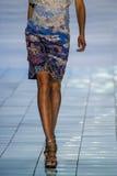 NOWY JORK, NY - WRZESIEŃ 06: Model chodzi pas startowego przy kłamstwa SANGBONG lata 2015 kolekcją Fotografia Stock