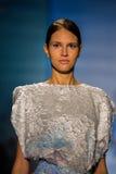 NOWY JORK, NY - WRZESIEŃ 06: Model chodzi pas startowego przy kłamstwa SANGBONG lata 2015 kolekcją Obrazy Stock