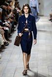 NOWY JORK, NY - WRZESIEŃ 10: Model chodzi pas startowego przy Michael Korso wiosny 2015 mody kolekcją Fotografia Stock