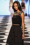 NOWY JORK, NY - WRZESIEŃ 05: Model chodzi pas startowego przy Nicole Miller wiosny 2015 mody kolekcją Obraz Stock