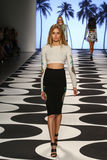 NOWY JORK, NY - WRZESIEŃ 05: Model chodzi pas startowego przy Nicole Miller wiosny 2015 mody kolekcją Zdjęcia Stock