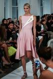 NOWY JORK, NY - WRZESIEŃ 09: Model chodzi pas startowego przy Oskar De Los Angeles Renta pokazem mody Zdjęcia Royalty Free