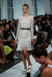 NOWY JORK, NY - WRZESIEŃ 09: Model chodzi pas startowego przy Oskar De Los Angeles Renta pokazem mody Obrazy Royalty Free