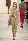 NOWY JORK, NY - WRZESIEŃ 11: Model chodzi pas startowego przy Ralph Lauren wiosny 2015 mody kolekcją Fotografia Stock