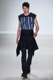 NOWY JORK, NY - WRZESIEŃ 04: Model chodzi pas startowego przy Richard Chai miłości wiosny 2015 pokazem mody Obrazy Stock
