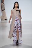 NOWY JORK, NY - WRZESIEŃ 04: Model chodzi pas startowego przy Richard Chai miłości wiosny 2015 pokazem mody Fotografia Royalty Free