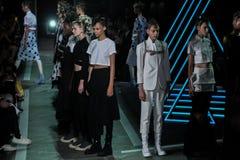 NOWY JORK, NY - WRZESIEŃ 09: Modele chodzą pas startowego przy Marc Marc Jacobs pokazem mody Fotografia Royalty Free
