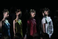 NOWY JORK, NY - WRZESIEŃ 09: Modele chodzą pas startowego przy Marc Marc Jacobs pokazem mody Zdjęcia Stock
