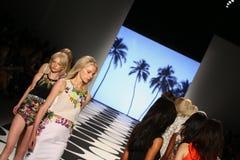 NOWY JORK, NY - WRZESIEŃ 05: Modele chodzą pas startowego przy Nicole Miller wiosny 2015 pokazem mody Zdjęcia Stock