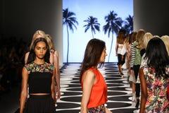 NOWY JORK, NY - WRZESIEŃ 05: Modele chodzą pas startowego przy Nicole Miller wiosny 2015 pokazem mody Zdjęcie Stock