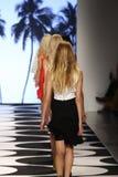 NOWY JORK, NY - WRZESIEŃ 05: Modele chodzą pas startowego przy Nicole Miller wiosny 2015 pokazem mody Obraz Stock