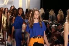 NOWY JORK, NY - WRZESIEŃ 08: Modele chodzą pasa startowego finał podczas Diane Von Furstenberg pokazu mody Obraz Royalty Free