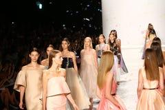 NOWY JORK, NY - WRZESIEŃ 05: Modele chodzą pasa startowego finał przy Monique Lhuillier Fotografia Stock