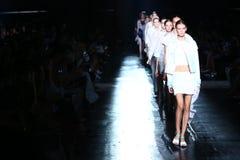 NOWY JORK, NY - WRZESIEŃ 06: Modele chodzą pasa startowego finał przy Prabal Gurung pokazem mody Obrazy Stock
