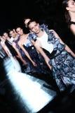 NOWY JORK, NY - WRZESIEŃ 06: Modele chodzą pasa startowego finał przy Prabal Gurung pokazem mody Fotografia Stock