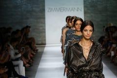NOWY JORK, NY - WRZESIEŃ 05: Modele chodzą pasa startowego finał przy Zimmermann pokazem mody Fotografia Stock