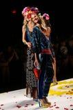 NOWY JORK, NY - WRZESIEŃ 04: Modele podrzuca płatki pas startowy przy Desigual wiosny 2015 pokazem mody Zdjęcia Stock