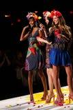 NOWY JORK, NY - WRZESIEŃ 04: Modele podrzuca płatki pas startowy przy Desigual wiosny 2015 pokazem mody Obrazy Stock