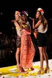 NOWY JORK, NY - WRZESIEŃ 04: Modele podrzuca płatki pas startowy przy Desigual wiosny 2015 pokazem mody Zdjęcie Royalty Free