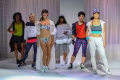 NOWY JORK, NY - WRZESIEŃ 03: Modele pozują na pasie startowym podczas Athleta pasa startowego przedstawienia Fotografia Stock