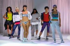 NOWY JORK, NY - WRZESIEŃ 03: Modele pozują na pasie startowym podczas Athleta pasa startowego przedstawienia Obrazy Royalty Free