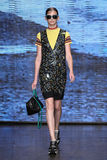 NOWY JORK, NY - WRZESIEŃ 07: Wzorcowy Anka Kuryndina spacer pas startowy przy DKNY wiosny 2015 mody kolekcją Zdjęcia Stock