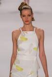 NOWY JORK, NY - WRZESIEŃ 08: Wzorcowy Carolin Rozluźnia spacery przy Carolina Herrera pokazem mody pas startowy Zdjęcie Stock