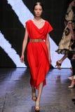 NOWY JORK, NY - WRZESIEŃ 08: Wzorcowy Fei Fei słońce chodzi pas startowego przy Donna Karan wiosny 2015 pokazem mody Obrazy Royalty Free