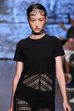 NOWY JORK, NY - WRZESIEŃ 07: Wzorcowy Jing Wen chodzi pas startowego przy DKNY wiosny 2015 mody kolekcją Obrazy Royalty Free
