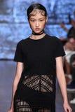 NOWY JORK, NY - WRZESIEŃ 07: Wzorcowy Jing Wen chodzi pas startowego przy DKNY wiosny 2015 mody kolekcją Zdjęcie Royalty Free