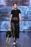 NOWY JORK, NY - WRZESIEŃ 07: Wzorcowy Jing Wen chodzi pas startowego przy DKNY wiosny 2015 mody kolekcją Obraz Stock