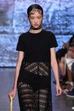 NOWY JORK, NY - WRZESIEŃ 07: Wzorcowy Jing Wen spacer pas startowy przy DKNY wiosny 2015 mody kolekcją Zdjęcia Royalty Free