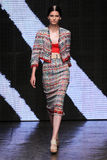 NOWY JORK, NY - WRZESIEŃ 08: Wzorcowy Katlin Aas chodzi pas startowego przy Donna Karan wiosny 2015 mody kolekcją Zdjęcie Stock