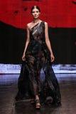 NOWY JORK, NY - WRZESIEŃ 08: Wzorcowy Leila Nda chodzi pas startowego przy Donna Karan wiosny 2015 mody kolekcją Obrazy Royalty Free