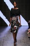 NOWY JORK, NY - WRZESIEŃ 08: Wzorcowy Leila Nda chodzi pas startowego przy Donna Karan wiosny 2015 mody kolekcją Zdjęcia Stock