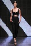 NOWY JORK, NY - WRZESIEŃ 08: Wzorcowy Ronja Furrer chodzi pas startowego przy Donna Karan wiosny 2015 mody kolekcją Obrazy Royalty Free