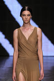 NOWY JORK, NY - WRZESIEŃ 08: Wzorcowy Stephanie radości pole chodzi pas startowego przy Donna Karan wiosny 2015 mody kolekcją Obraz Stock
