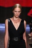 NOWY JORK, NY - WRZESIEŃ 08: Wzorcowy Vanessa Axente chodzi pas startowego przy Donna Karan wiosny 2015 mody kolekcją Obraz Stock