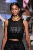 NOWY JORK, NY - WRZESIEŃ 07: Wzorcowy Vashtie Kola chodzi pas startowego przy DKNY wiosny 2015 mody kolekcją Zdjęcie Royalty Free