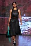 NOWY JORK, NY - WRZESIEŃ 07: Wzorcowy Vashtie Kola chodzi pas startowego przy DKNY wiosny 2015 mody kolekcją Obraz Royalty Free