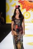 NOWY JORK, NY - WRZESIEŃ 04: Adriana Lima model chodzi pas startowego przy Desigual Obrazy Stock